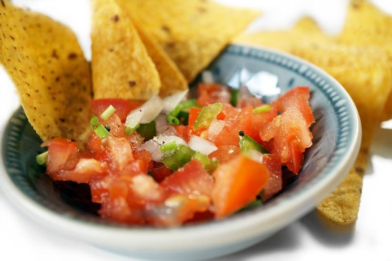 Tortillachips-met-tomaten-salsasaus-pico-de-gallo-recept (2)