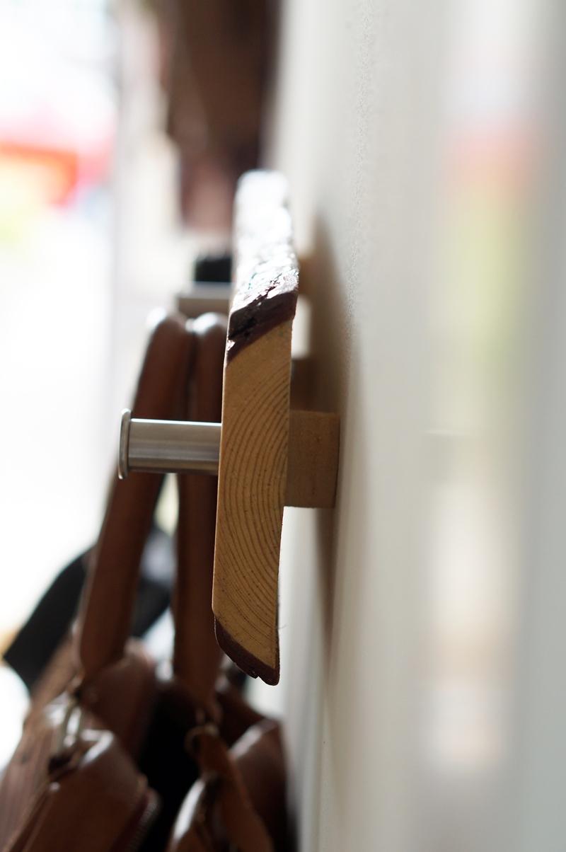 houten-robuuste-kapstok-diy-robuust-boomstam-kapstok (8)