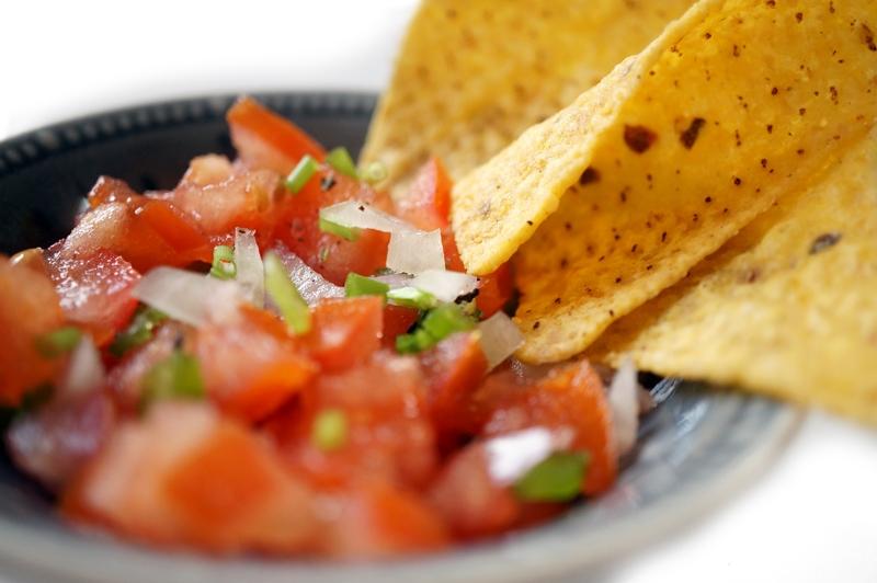 Tortillachips-met-tomaten-salsasaus-pico-de-gallo-recept (5)