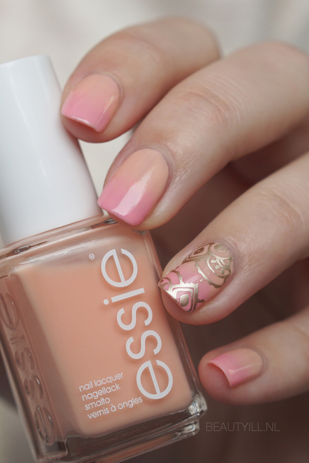 Nail art pink, nude & gold ombre nails