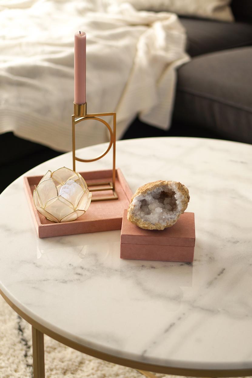 marmeren salontafel met roze accessoires H&M Home